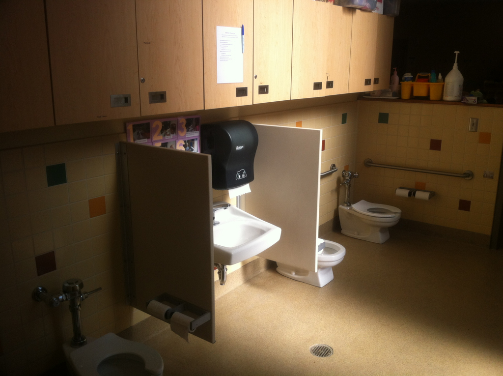 1000 images about school reno on pinterest preschool for Shared bathroom layout